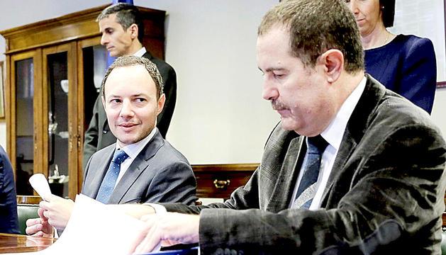 Espot i Estañol en la firma d'un conveni entre Govern i la Cambra de Notaris el 2016.