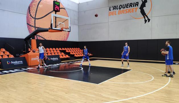 Jugadors de l'equip durant l'entrenament d'ahir a L'Alqueria del Basket.