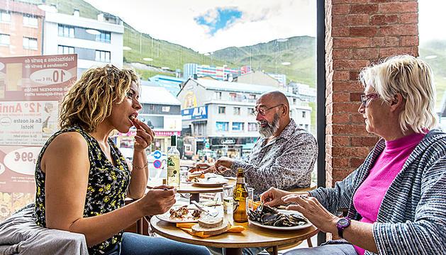 Turistes francesos dinant en un hotel del Pas de la Casa ahir a primera hora de la tarda.