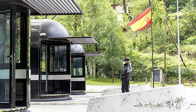 Controls policials a la duana espanyola per accedir a Catalunya.