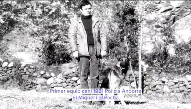 L'exagent Miquel Mandicó amb el gos policia 'Pachà' el 1981.