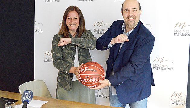 La cap de comunicació de Molines Patrimonis, Pati Molné, i el president del MoraBanc Andorra, Gorka Aixàs, ahir.