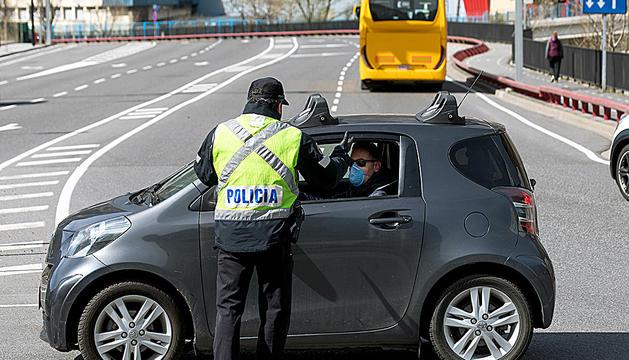 Controls policials en una rotonda del centre del país.