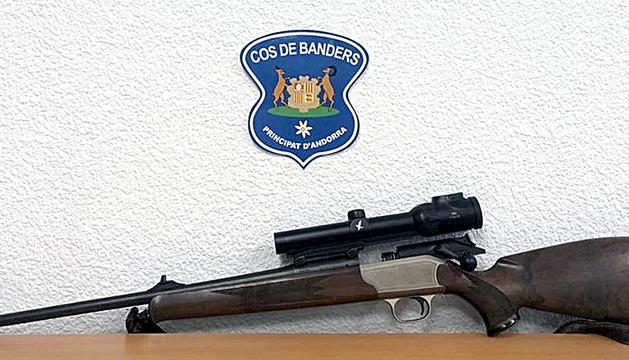 Un dels rifles que van comissar els banders en aquell operatiu contra la caça il·legal.