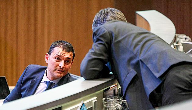El ministre de Presidència, Economia i Empresa, Jordi Gallardo, parlant amb Eric Jover.