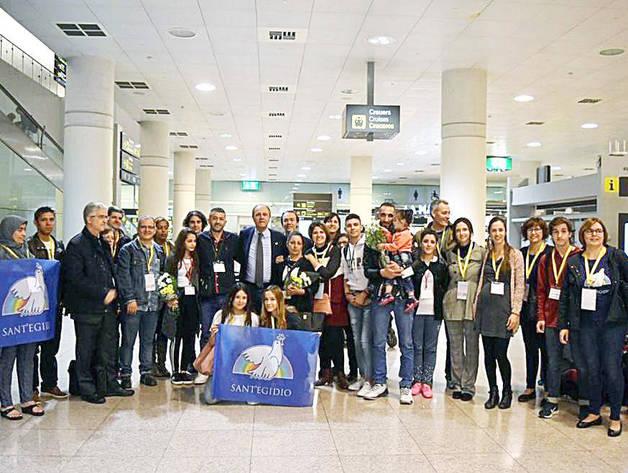 Arribada del primer grup de refugiats a l'aeroport de Barcelona.