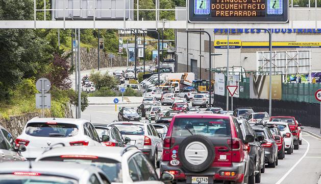 Vehicles fent cua per sortir del Principat per la frontera hispanoandorrana.