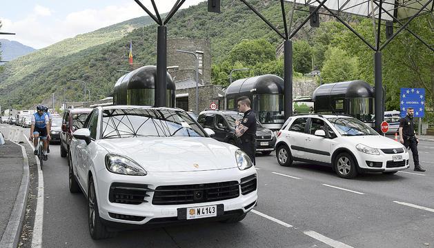 Vehicles sortint per la frontera hispanoandorrana.