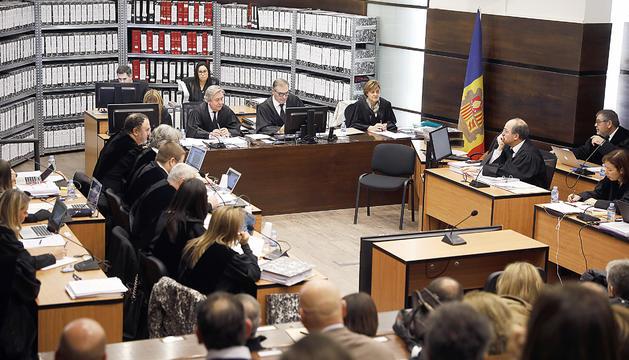 Una de les jornades de qüestions prèvies del judici del 'cas Gao Ping' amb Josep Maria Pijuan encara presidint el tribunal.