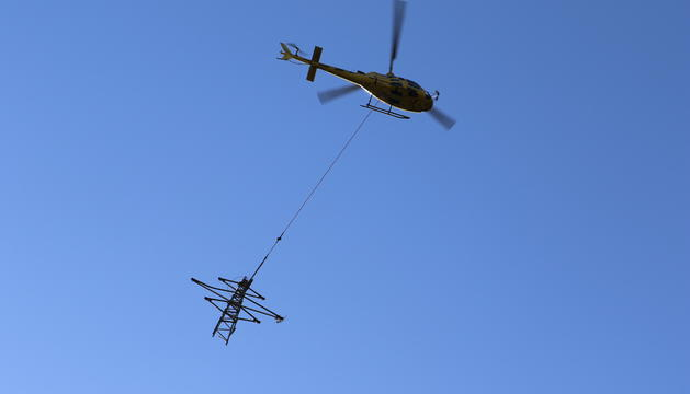 L'helicòpter retiran una de les torres