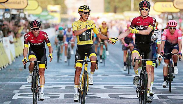 Egan Bernal celebra el triomf al Tour del 2020.
