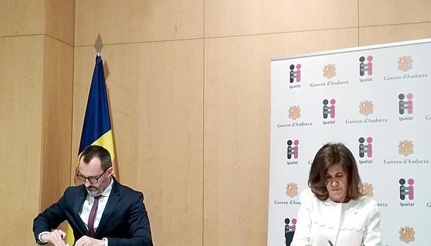 Filloy i Vilarrubla signant el pla de sensibilització.