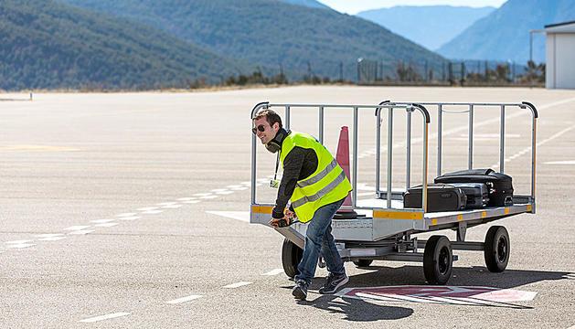 Un tècnic de l'aeroport de la Seu-Andorra.