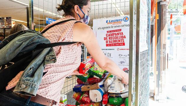 Una persona fent una donació en un supermercat.