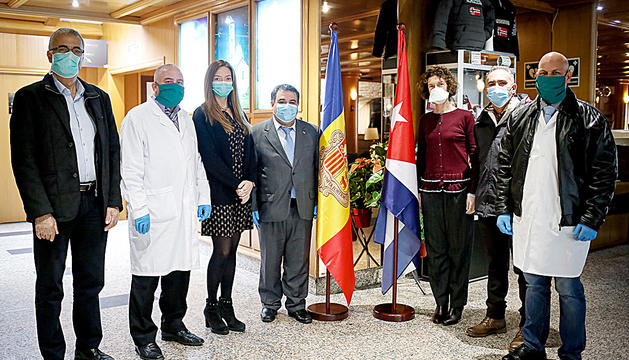 El metge cubà que ha fugit al costat de la ministra d'Afers Exteriors, Maria Ubach, juntament amb altres sanitaris i autoritats.