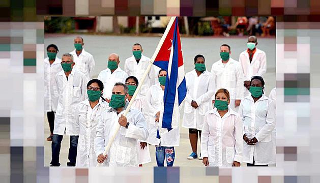 El militar i metge portant la bandera cubana després del viatge des de l'illa.