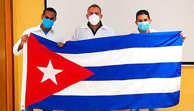 Romero, al centre, abans de sortir de Cuba.
