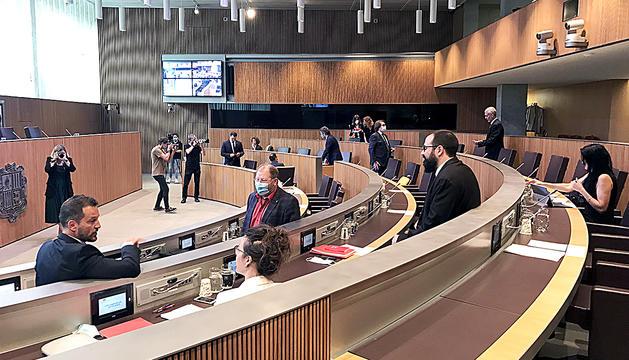 Els consellers generals abans de l'inici de la sessió d'ahir.