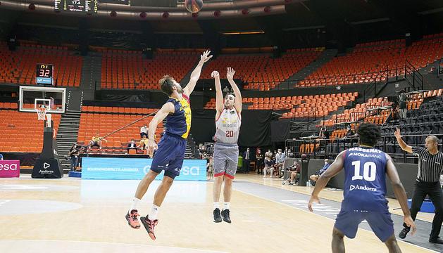 El triple de Bassas que va acabar sentenciant el partit contra el MoraBanc Andorra.