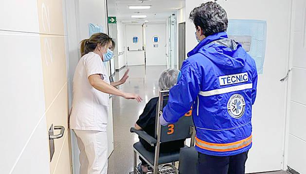 Moment en què surt de l'hospital la darrera pacient amb l'alta per Covid-19.