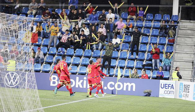 Els futbolistes de la selecció celebren el gol del triomf contra Moldàvia.
