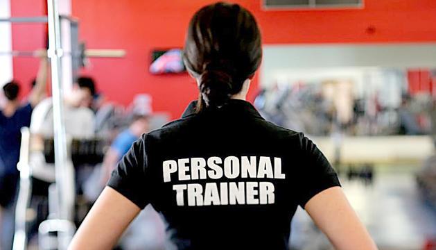 Una entrenadora personal al gimnàs on treballa.