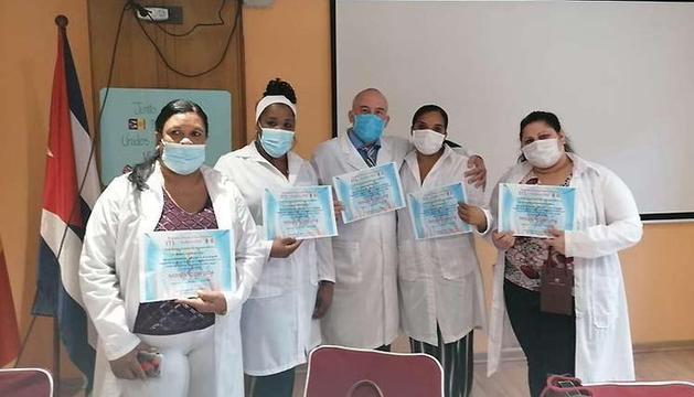 Un grup de sanitaris cubans amb els diplomes