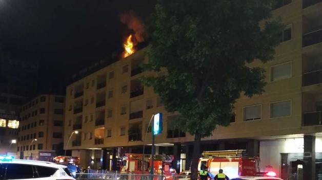 Les flames sortien pel balcó del pis
