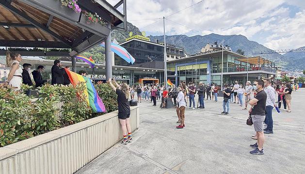 Assistents a l'acte de celebració del Dia de l'Orgull LGTBIQ+ a la plaça del Poble de la capital.