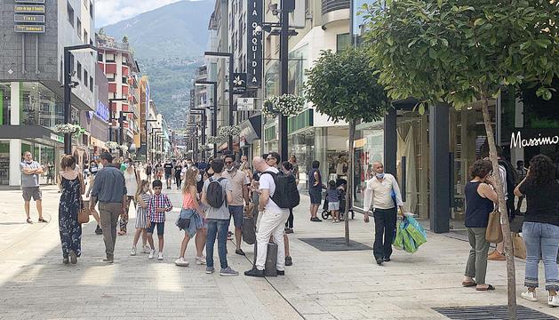 Visitants a l'avinguda Meritxell, ahir al migdia.