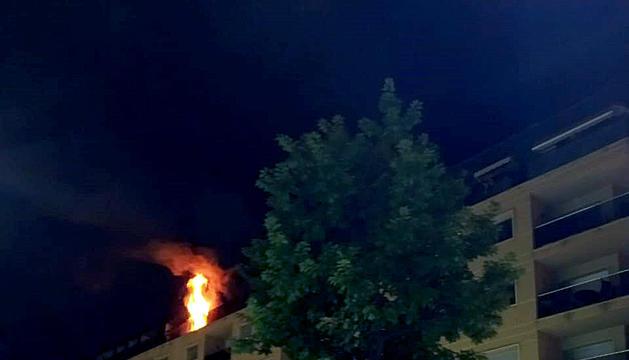 El foc surt per l'àtic de l'edifici Pompeu Fabra, la matinada d'ahir.