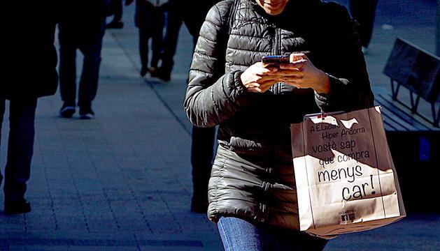 Una usuària utilitzant el telèfon mòbil.