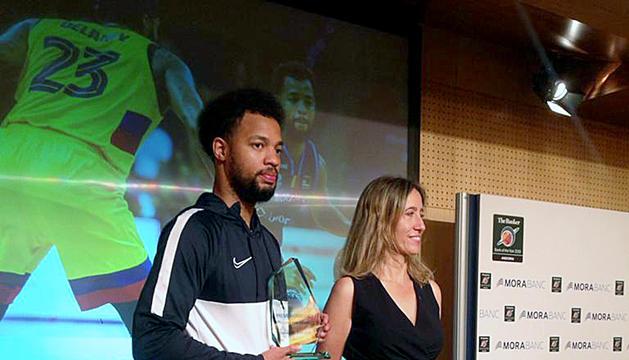 Clevin Hannah amb el trofeu de jugador més solvent de la temporada.