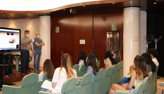 Els estudiants durant la formació en el comú d'Encamp