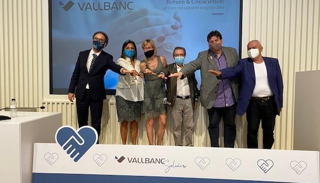 Els responsables de les associacions que han rebut la donació de Vall Banc