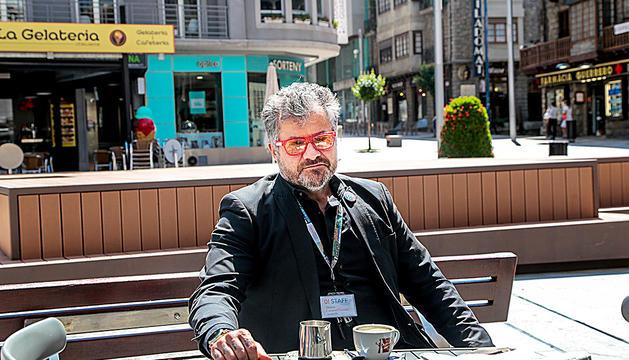 Guillermo Cervera a la terrassa de la cafeteria de l'Hotel Tudel