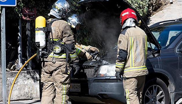 Incendi d'un cotxe a l'avinguda del Pessebre