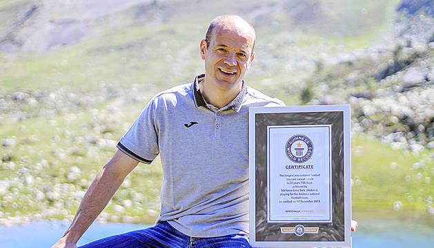 Ilde Lima amb la certificació del rècord Guinness a l'estany de les Abelletes.