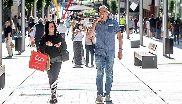 Turistes passejant per l'avinguda Carlemany.