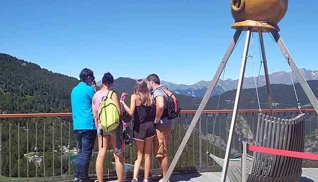 Els primers turistes visitant el sector de Canillo.