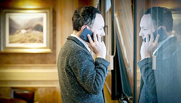 El cap de Govern, Xavier Espot, parla per telèfon durant el confinament.