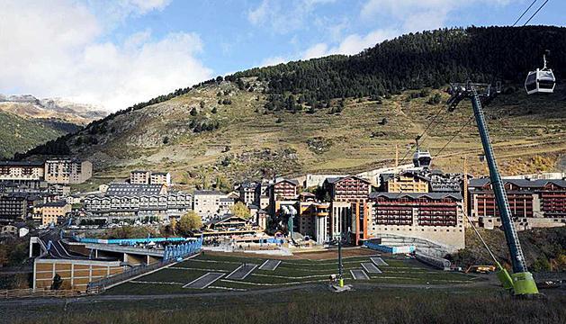 L'estació de Soldeu amb la plataforma i l'aparcament de l'Avet