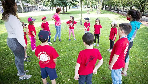 Un grup d'infants de les activitats de lleure de la capital, al Parc Central.