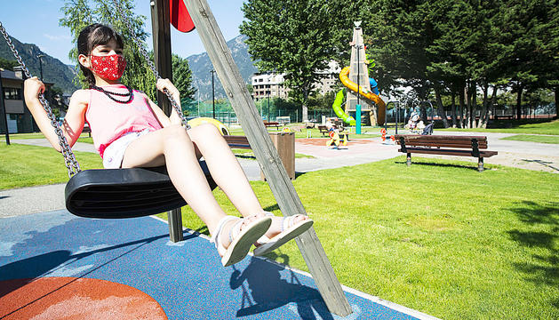 Una jove gaudeix del parc de la Massana