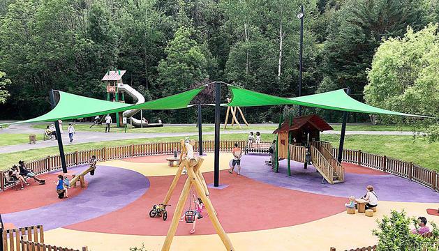 Diversos nens gaudeixen de les diferents atraccions del parc de la Massana.