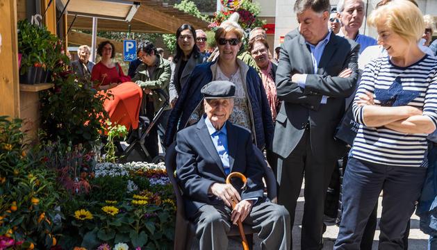El compositor de sardanes Jaume Casadevall, juntament amb la seva família.
