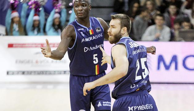 Bandja Sy i David Jelínek en un duel d'aquesta temporada.
