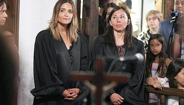 La fins ara presidenta dels batlles, Laura Rodríguez, a l'esquerra.
