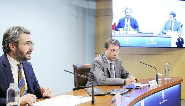 El ministre portaveu,Eric Jover, i el director general de Tributs i Fronteres, Albert Hinojosa.