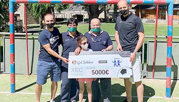 Responsables de Gol Solidari i AINA durant la donació.